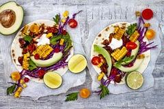 Tacos mexicanos com abacate, carne cozinhada lenta, milho grelhado, slaw da couve vermelha e salsa do pimentão na tabela de pedra fotos de stock royalty free