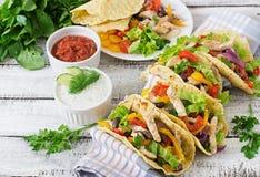 Tacos mexicanos con el pollo, paprikas, alubias negras y verduras frescas Fotos de archivo libres de regalías