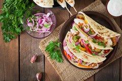 Tacos mexicanos con el pollo, verduras asadas a la parrilla Visión superior Fotos de archivo