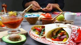 Tacos mexicanos con la carne, las habas y la salsa Estilo mexicano de la comida fotografía de archivo libre de regalías