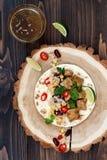 Tacos mexicanos con la ensalada, la carne, las alubias negras y el maíz de la quinoa en la tabla de madera rústica Receta para el Fotografía de archivo libre de regalías