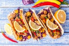 Tacos mexicanos da carne de porco com vegetais e abóbora Tacos em de madeira imagens de stock