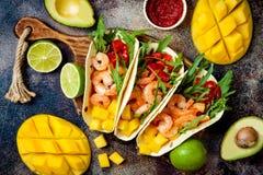 Tacos mexicanos del camarón con el aguacate, tomate, salsa del mango en la tabla de piedra rústica Receta para el partido de Cinc imagen de archivo