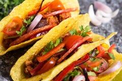 Tacos mexicanos em shell do milho com os vegetais no fundo de pedra foto de stock royalty free
