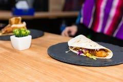 Tacos mexicanos tradicionales hermosos de la comida con la carne y la verdura Fotografía de archivo libre de regalías