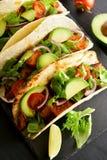 Tacos mit Fleisch und Tomate, Avocado, Grüns Lizenzfreie Stockfotos