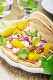 Tacos pour le déjeuner avec le poulet, Salsa d'ananas Photo stock
