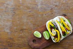 Tacos saborosos com a faixa grelhada da galinha, legumes frescos, cal Fotografia de Stock
