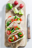 Tacos saborosos com tomates e rabanete de cereja Foto de Stock