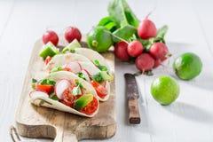 Tacos sabrosos como pequeño aperitivo fresco Foto de archivo libre de regalías