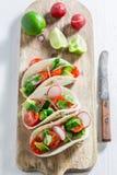 Tacos sabrosos con los tomates y el rábano de cereza Foto de archivo