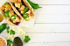 Tacos sanos de la coliflor del coco, sobre la frontera lateral en la madera blanca Imagen de archivo