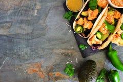 Tacos sanos de la coliflor del coco, sobre la frontera lateral en pizarra oscura Fotografía de archivo