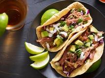 Tacos savoureux de rue de porc ? l'oignon, au cilantro, ? l'avocat, et au chou rouge photos libres de droits