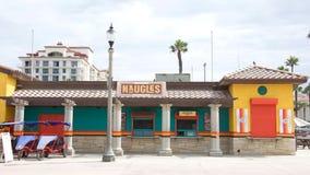 Tacos und Burger Naugles auf dem Strand Stockbild