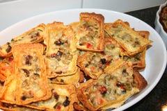Tacotonnen met vegetarisch voedsel als oliver, jalapanus, kaas en tacosaus Stock Foto's