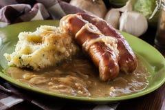Tacots et mâche Saucisse cuite au four en sauce au jus d'oignon Image stock
