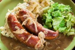 Tacots et mâche Saucisse cuite au four en sauce au jus d'oignon Image libre de droits
