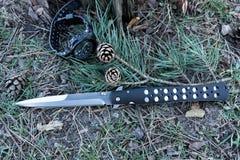 Tactisch mes met een lang scherp blad Mes Stock Afbeeldingen