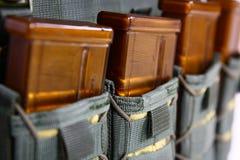 Tactisch Vest voor leger met kogelvrij en munitie stock afbeeldingen