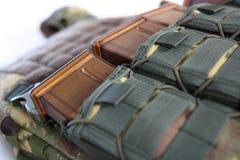 Tactisch Vest voor leger met kogelvrij en munitie stock afbeelding