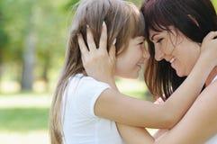 Tacto blando de la muchacha feliz y de su madre fotografía de archivo libre de regalías