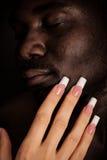Tacto caucásico de la muchacha la cara de un hombre negro Imagen de archivo