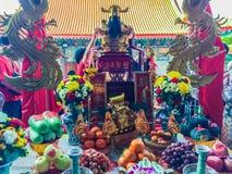 Tacto con Cai Shen, dios chino de las cuentas de dinero de la toma de la gente de Fotos de archivo libres de regalías