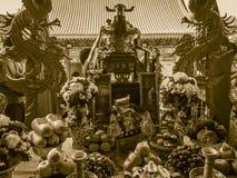 Tacto con Cai Shen, dios chino de las cuentas de dinero de la toma de la gente de Fotografía de archivo