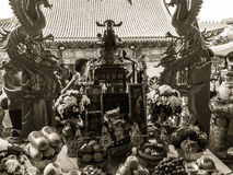 Tacto con Cai Shen, dios chino de las cuentas de dinero de la toma de la gente de Fotos de archivo
