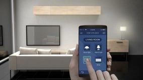 Tacto de la aplicación móvil de IoT, sala de estar TV, bombilla, control ahorro de energía ciego de la eficacia, aparatos electro