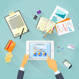 Tacto de la mano del hombre de negocios de la carta de las finanzas de la tableta Foto de archivo