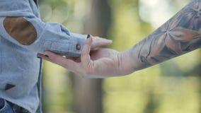 Tacto de la mano del ` s del niño la mano femenina del ` s almacen de video