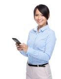 Tacto de la mujer de negocios en el teléfono móvil foto de archivo