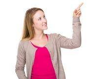 Tacto de la mujer joven en el aire fotografía de archivo