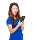 Tacto de la mujer joven en el teléfono celular Fotos de archivo