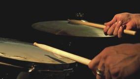 Tacto de un tambor junto con el paseo almacen de metraje de vídeo