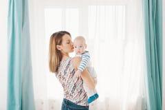 Tacto de una madre Fotografía de archivo libre de regalías