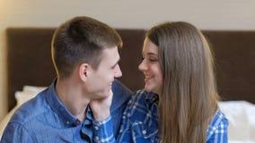 Tacto romántico de la oferta del amor de la proximidad de los pares almacen de video