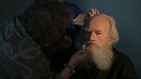 Tactos finales del maquillaje de los actores metrajes