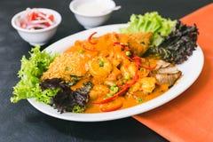 Tacu Tacu com molho dos peixes e de camarão fotos de stock royalty free