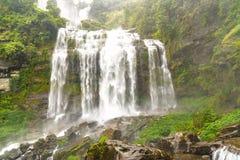Tad Khamude stor vattenfall för A i djup skog på den Bolaven höglandet royaltyfri fotografi