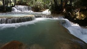 Tad Kuang Si Waterfall - lugar interesante en Luang Prabang, Laos almacen de video