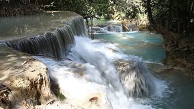 Tad Kuang Si Waterfall maravilloso en Laos almacen de video