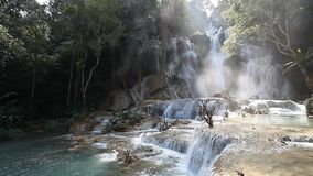 Tad Kuang Si Waterfall maravilloso en Laos almacen de metraje de vídeo