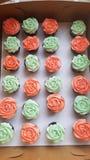 Tadellose und korallenrote kleine Kuchen Stockfoto