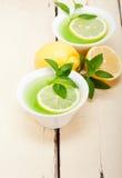 Tadelloser Infusionstee Tisane mit Zitrone Stockbilder