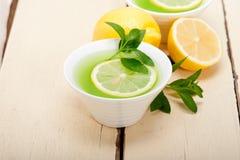 Tadelloser Infusionstee Tisane mit Zitrone Stockfotos