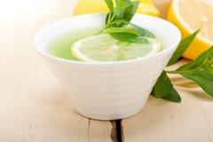 Tadelloser Infusionstee Tisane mit Zitrone Stockbild