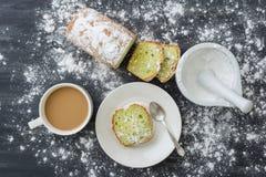 Tadelloser Kuchen mit Tasse Kaffee Stockfotografie